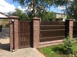 Забор из штакетника с откатными варотами